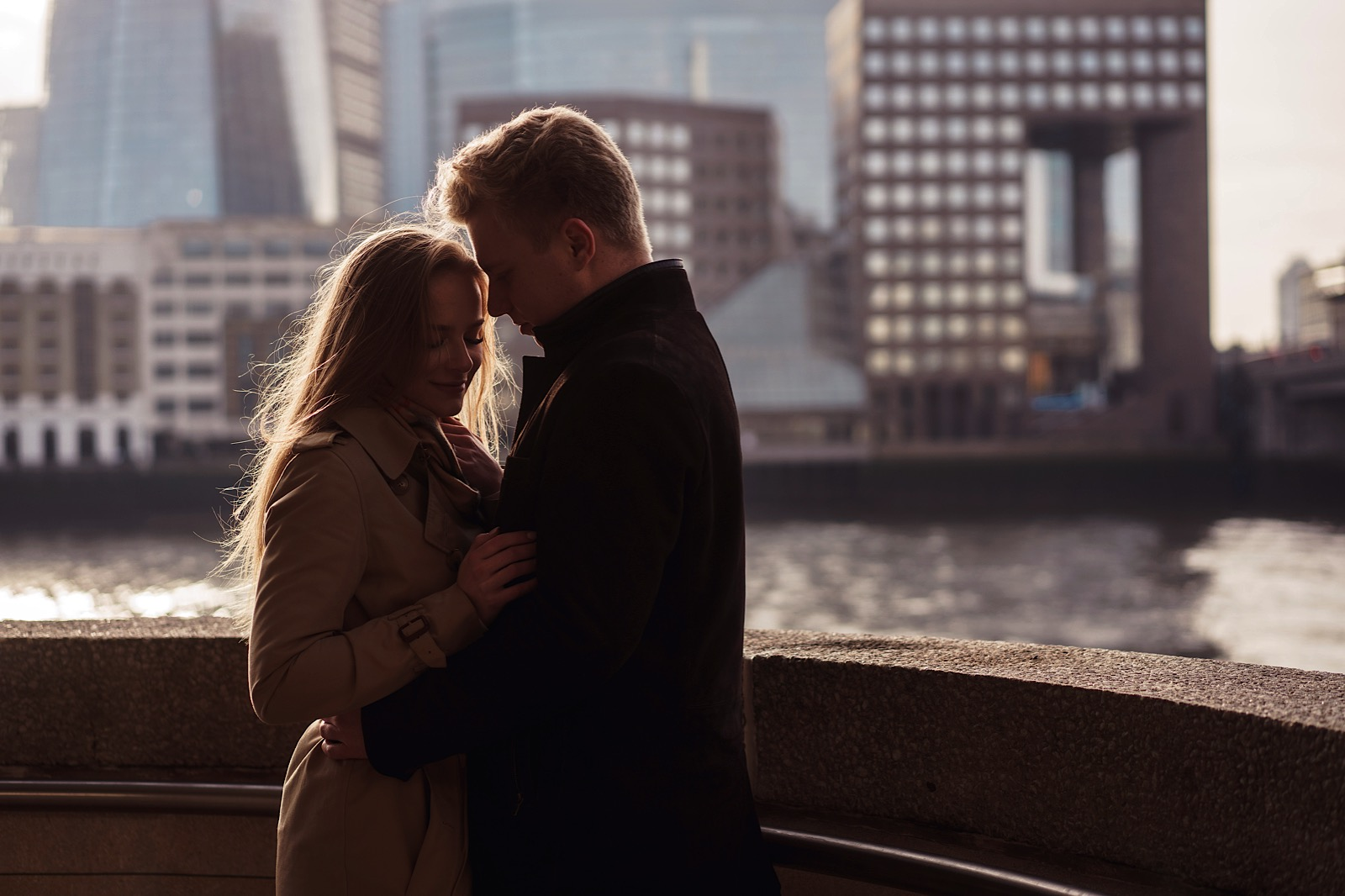 A couple hugging in a romantic way with the back drop of London
